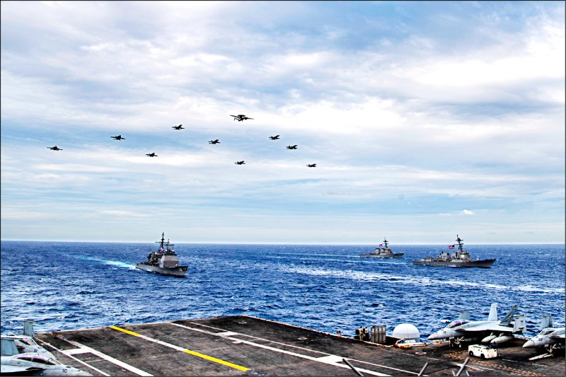 美軍「羅斯福號」與「尼米茲號」航艦打擊群,本月上旬在南海聯合演習。(取自美軍第7艦隊臉書)
