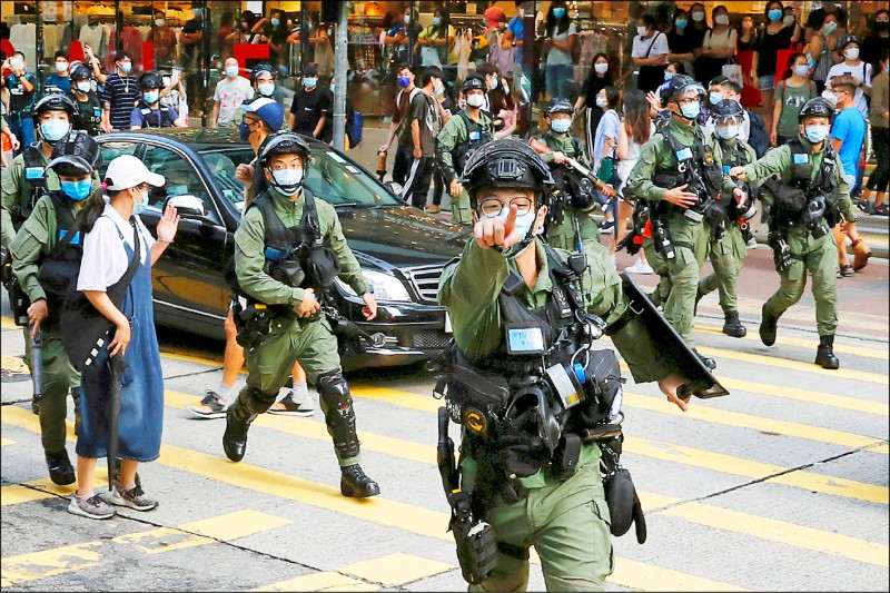 北京廿二日表明將改革香港選舉制度,確保「愛國者治港」,不讓「反中亂港份子」佔據管治香港重要崗位。圖為去年九月港警驅離抗議延後立法會選舉的示威者。(路透)