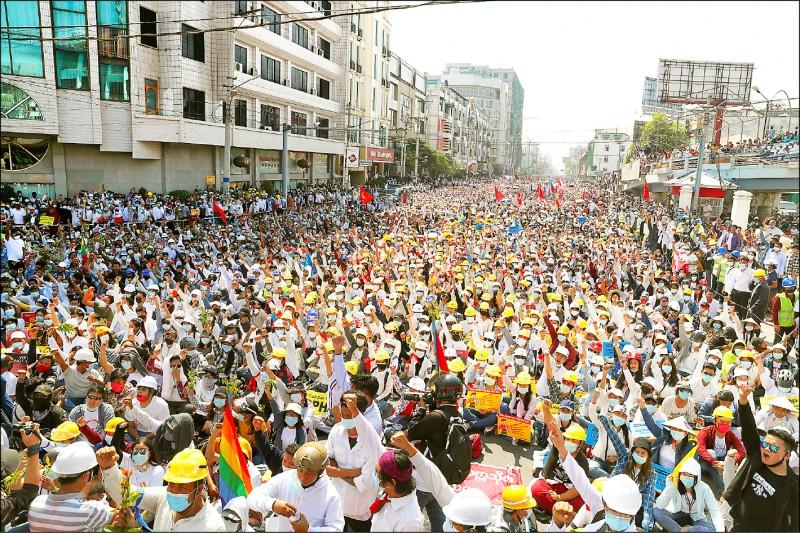 緬甸第二大城曼德勒廿二日出現龐大罷工示威潮,民眾舉起代表反極權的三指,抗議軍政府打壓民主。(美聯社)