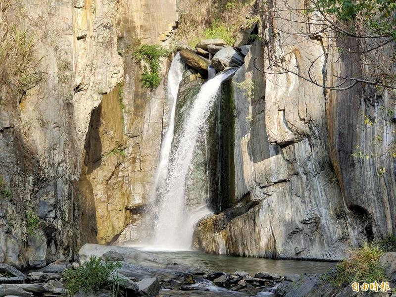 南投縣仁愛鄉南豐村夢谷瀑布水量豐沛,風景優美,雖值冬季枯水期,瀑布水量仍然可觀。(記者佟振國攝)