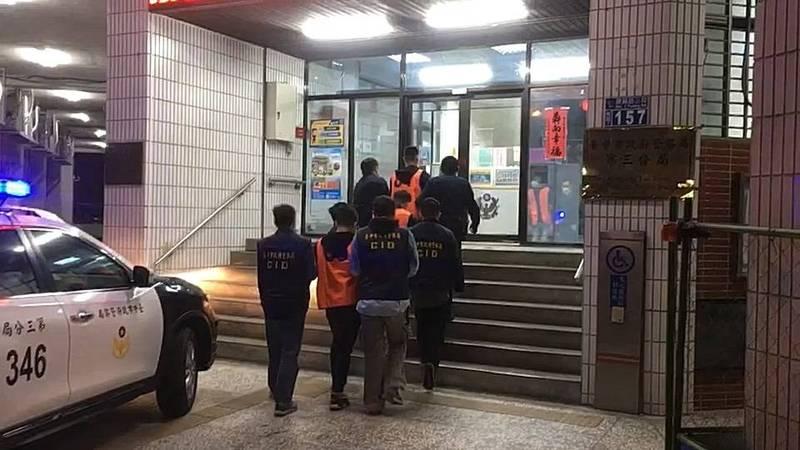 警方連夜逮捕莊姓男子等11名涉案犯嫌。(記者何宗翰翻攝)