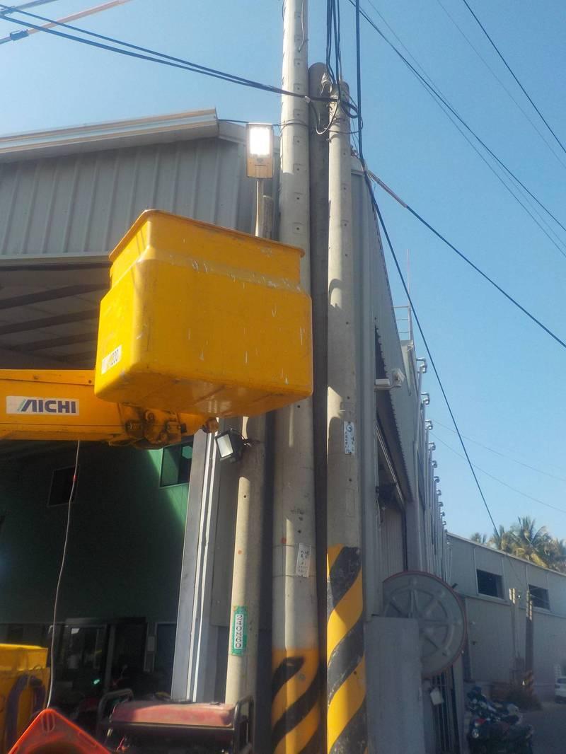南市工務局今年編列3億2千萬元開口契約搶修預算,以利平時維修需求,及臨時性的路燈照明障礙搶修。(南市工務局提供)