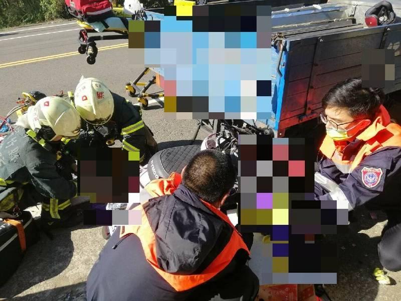 新竹縣新豐鄉1名媽媽騎乘機車載2名小孩途中疑似追撞小貨車後斗,造成母子3人重傷送醫搶救中。事故原因由警方調查中。(記者廖雪茹翻攝)