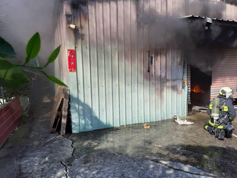 延平北路七段鐵皮屋起火。(記者鄭景議翻攝)