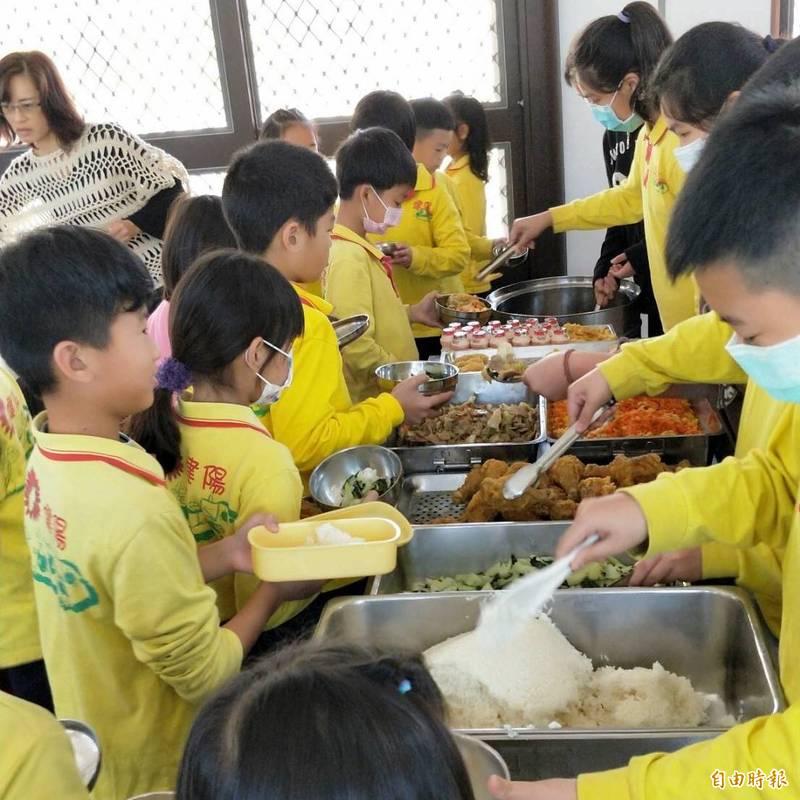 學童開心品嚐阿檳師等人帶來大菜。(記者林國賢攝)