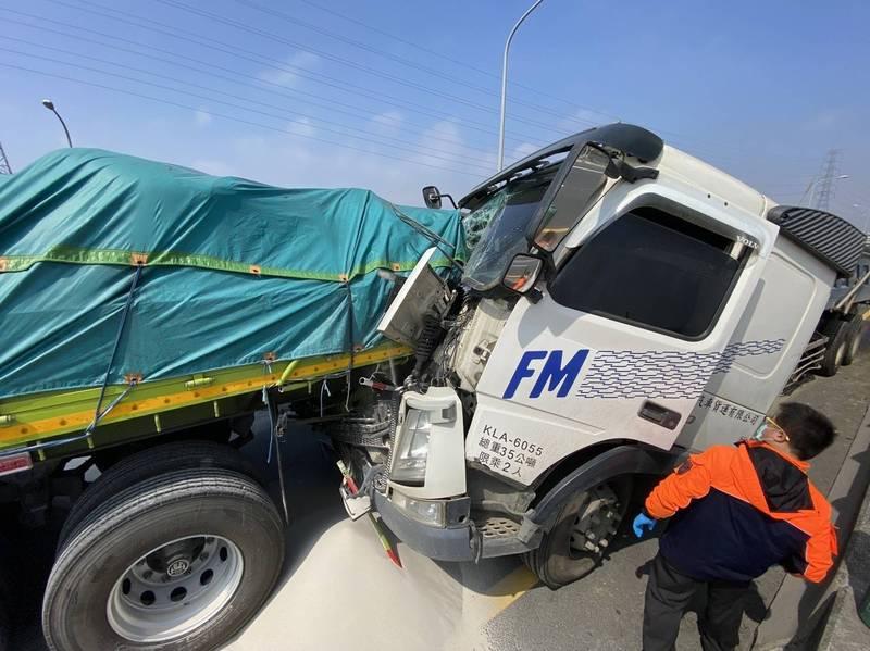 西濱彰化鹿港南下車道發生2部聯結車意外,後方聯結車的車頭受損,前方聯結車所載的白沙掉一地。(記者劉曉欣翻攝)