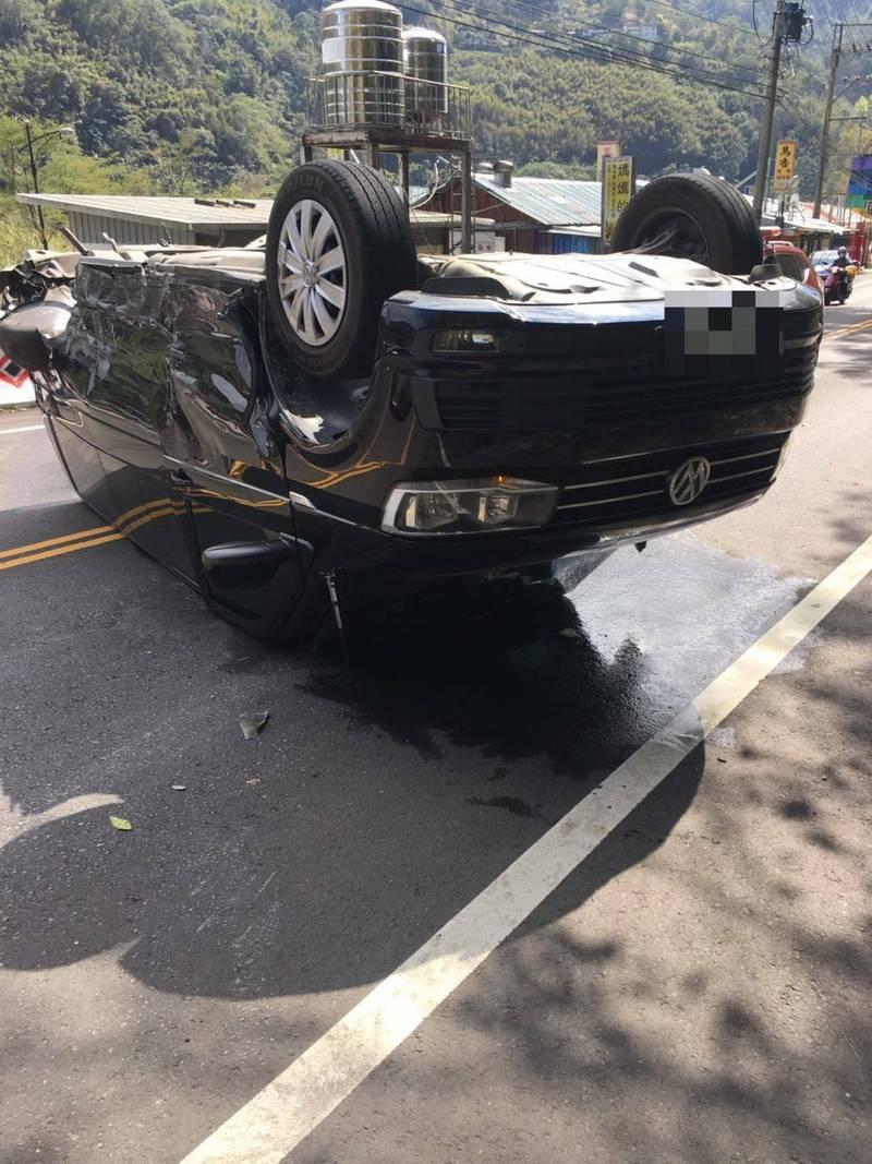 新竹縣政府消防局表示,今天下午1點在尖石鄉北角吊橋附近發生計程車與9人座廂型車對撞車禍,造成9人座廂型車翻覆。(新竹縣政府消防局提供)