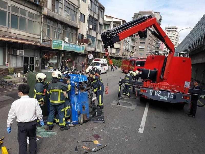 消防員出動吊車搶救。(記者王冠仁翻攝)