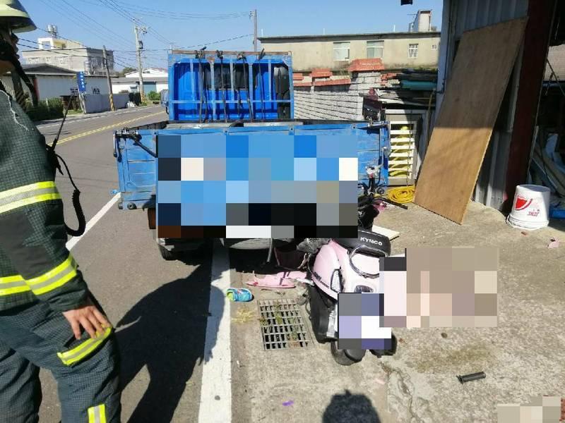 新竹縣新豐鄉今早發生一起單親媽媽騎機車載5歲和6歲2個兒子「3貼」復健、上學,途中卻自撞停放路邊的小貨車,造成2死1傷的嚴重車禍! (記者廖雪茹翻攝)