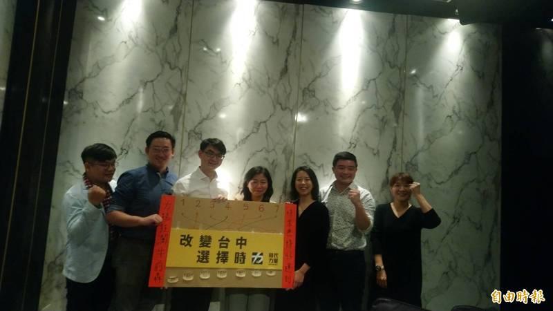 時代力量有意推梁碩文(左二)參選中市東南區市議員。(記者蘇金鳳攝)