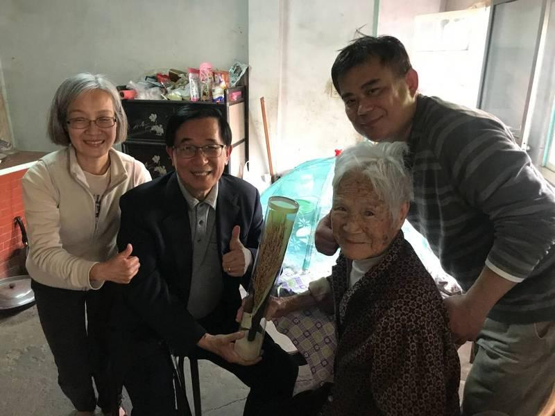 前總統陳水扁今日下午前往前國策顧問崑濱伯靈堂上香,並探視腳傷的崑濱嬸,與家屬話家常,崑濱嬸很開心。(圖由張美雪提供)