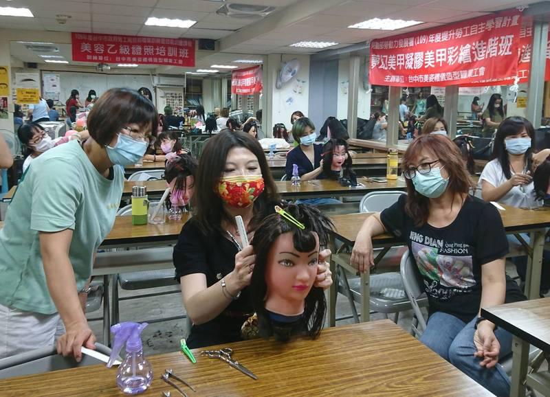勞工大學開設居家時尚剪髮課程。(記者蔡淑媛翻攝)
