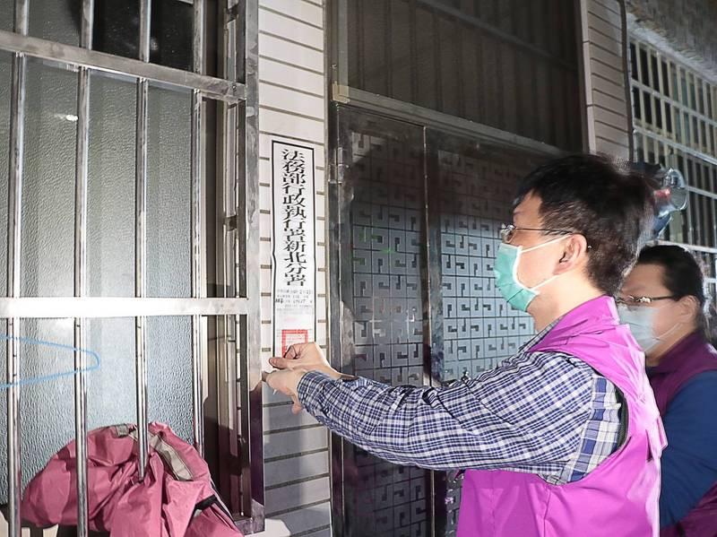 新北分署書記官上午至樹林區查封鄭姓男子的房屋。(新北分署提供)