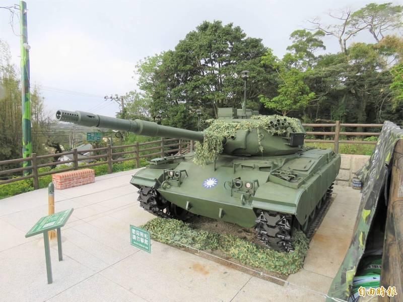 閒置國軍營區改建的三芝區「興華鐵馬驛站」展示退役戰車M41D,地方希望爭取更多裝備於戶外廣場展示。(記者陳心瑜攝)