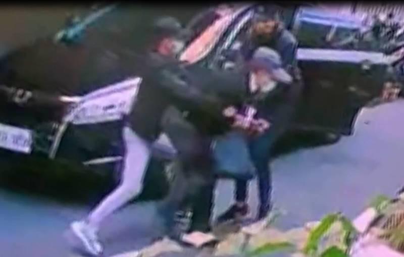 土地開發公司楊姓董座昨天中午光天化日下在台北市士林街頭被人強擄上車,警方追查發現,竟是合作40年的投資夥伴翻臉想押人談判。(記者鄭景議翻攝)