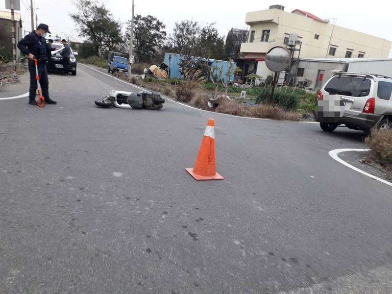 休旅車、機車相撞,機車前輪撞斷噴飛。(記者蔡政珉翻攝)