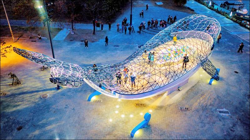 安平巨型裝置藝術「大魚的祝福」最近再獲「2020美國照明設計獎」。(台南市觀光旅遊局提供)