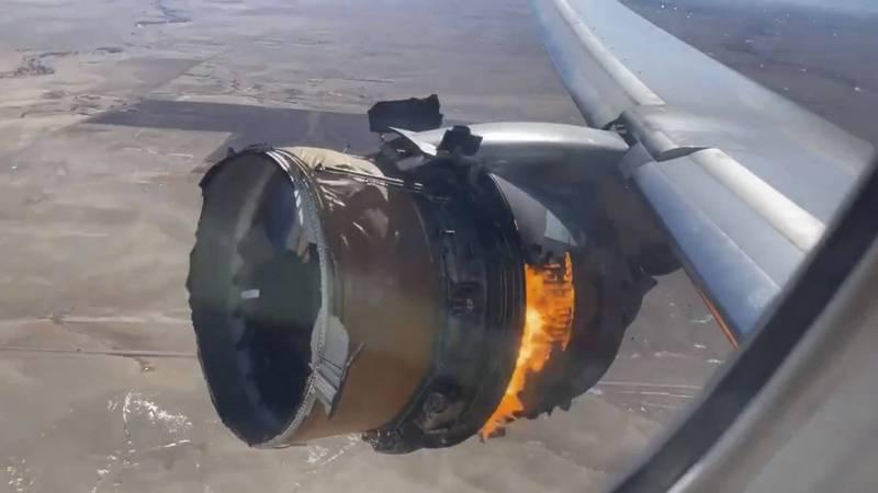美國聯合航空波音777-200客機20日發生引擎空中爆炸事故,美運輸安全委員會(NTSB)經過初步調查顯後,透露這架777引擎出現了金屬疲勞。圖為事故發生時乘客從窗戶拍下的引擎。(美聯社)