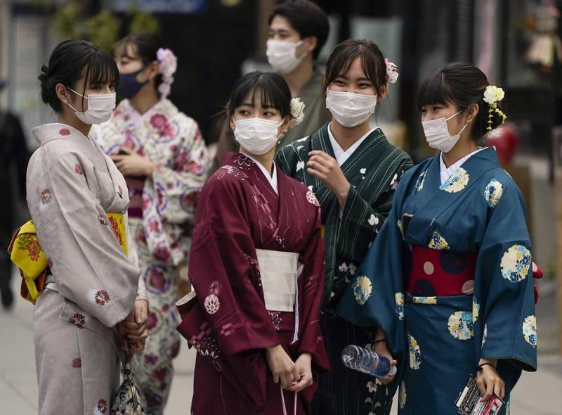 日本京都、大阪等6府縣可望在2月底提前解除緊急事態宣言,前提是病床使用率等6個指標脫離最嚴重的「第四階段」(疫情爆發式擴大),改善至「第三階段(感染驟增)」以下。(法新社)
