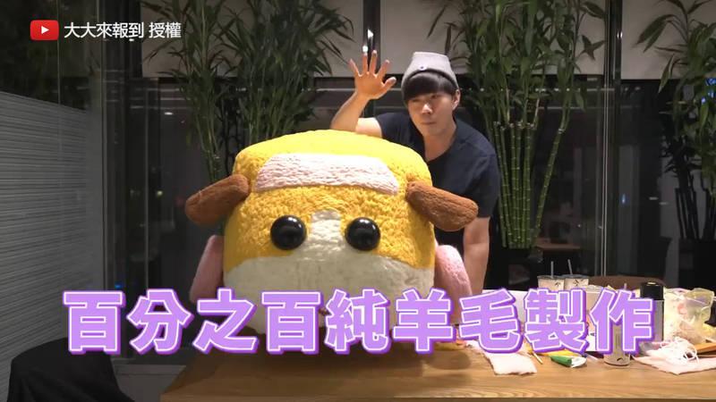 李岳和夥伴們花了兩週,才做出這個巨大的天竺鼠車車。(YouTube 大大來報到 授權)