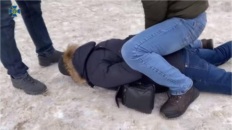 烏克蘭國家安全局(SBU)近日成功逮捕一名涉嫌竊取烏克蘭戰車計畫機密的俄羅斯特工,圖為逮捕現場。(擷取自烏克蘭國家安全局Youtube)