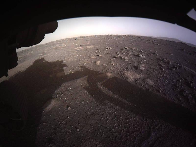毅力號登陸火星後持續傳回最新資訊。圖為火星地表照。(歐新社)