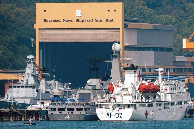 大馬移民局說,1086名緬甸公民被3艘緬甸海軍船從位在紅土坎(Lumut)的馬來西亞皇家海軍基地載離遣返。(法新社)