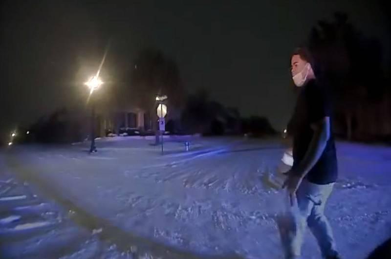 美國德州非裔男子里斯在暴風雪期間下班步行回家,半路上竟然莫名其妙地被警方上銬帶走。(圖擷自Plano Texas Police Department臉書)