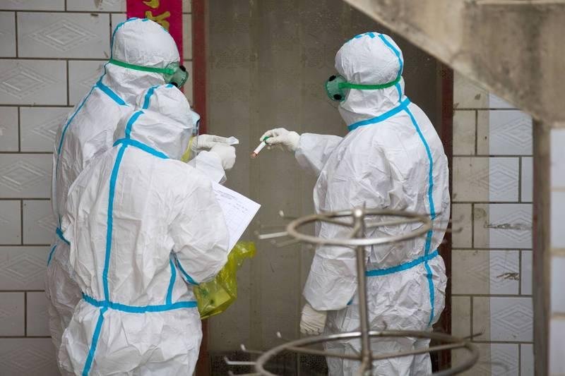 中國昨增境外確診10例,無症狀感染者9例。圖為山西檢測人員。(路透)