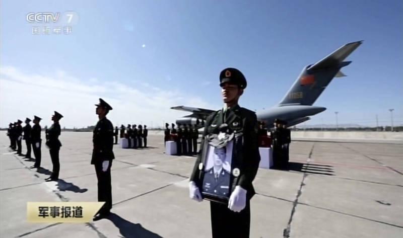 外媒今天報導提及,伴隨中共4解放軍死者遺骸透過「運-20」返鄉安葬,中國已經出現愛國主義浪潮,圖為中國運送中印衝突死者遺骸。(美聯社)