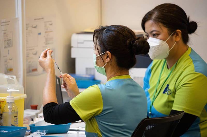 香港昨增16例確診,科興疫苗預約系統今塞爆。圖為疫苗注射人員。(歐新社)