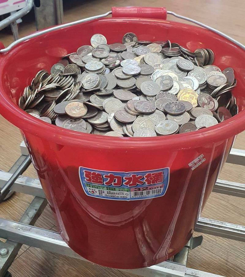 他提整桶「10元硬幣」換鈔票被拒 網友驚:這是水桶廣告吧