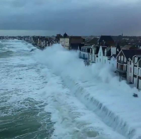 法國海港小鎮聖馬洛(Saint-Malo)的潮汐直接湧入拍打第一排的房屋,畫面相當壯觀,讓網友笑稱這才是「無敵海景房」(圖翻攝自Gabriele_Corno推特)