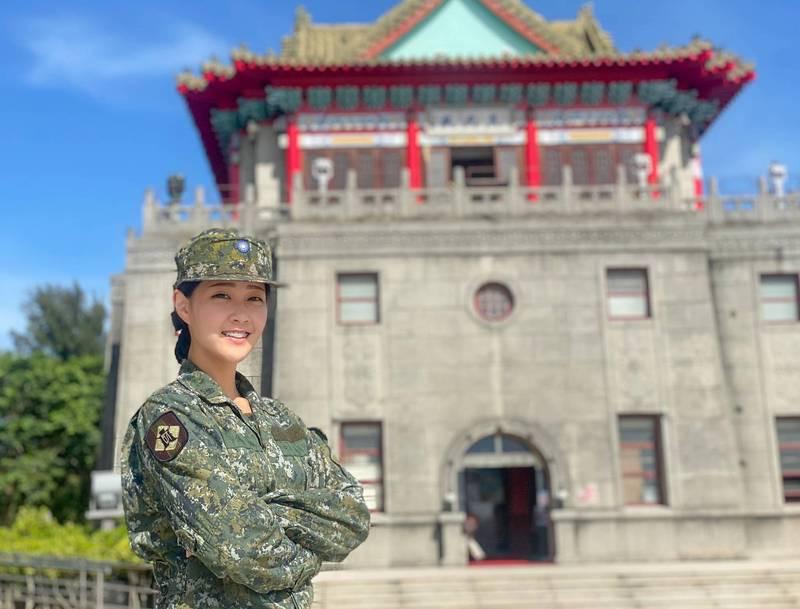 今年23歲的蔡佩璇,去年從國防大學管理學院畢業後到金門財務組任職。(圖擷取自臉書粉專「國軍同袍儲蓄會粉絲團」)