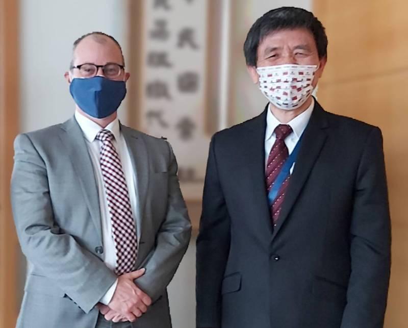畢斯比(左)與我國駐世界貿易組織代表羅昌發(右)會面。(圖翻攝自推特)