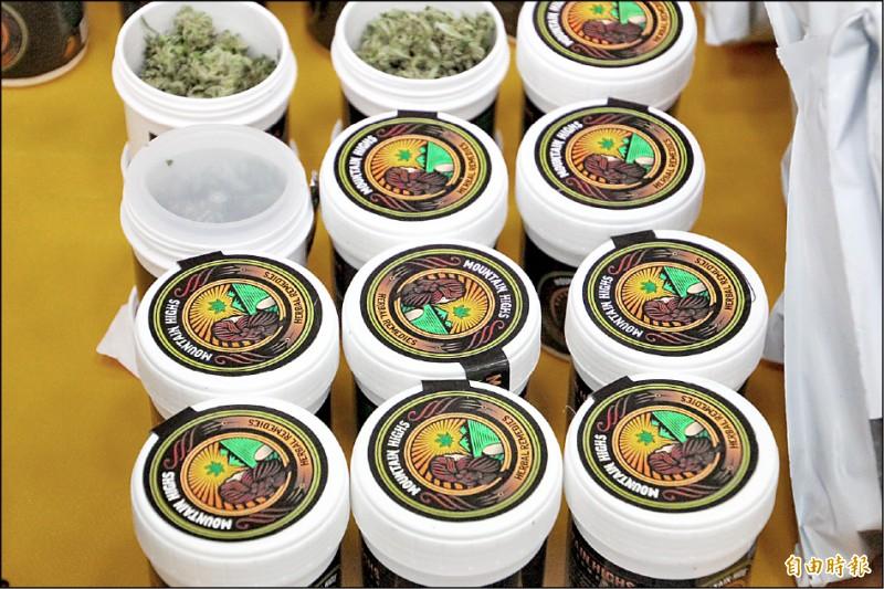 周姓男子採收大麻花裝罐販售。(記者林宜樟攝)