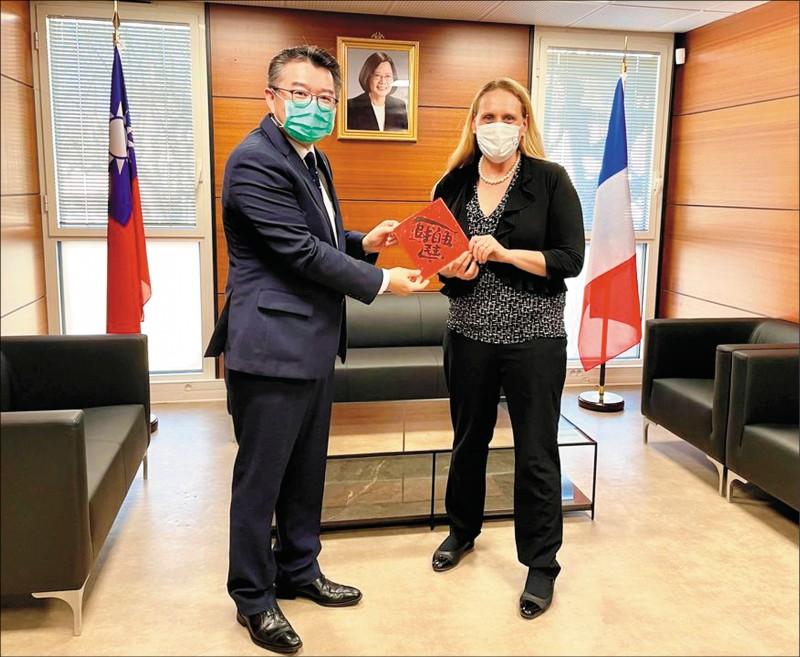 我駐普羅旺斯處長辛繼志(左)十七日與美國駐馬賽總領事葛珞爾會晤。(取自駐普羅旺斯辦事處臉書)