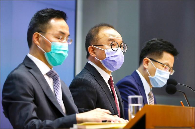 香港政制及內地事務局局長曾國衛(中)廿三日召開記者會,說明公職條例修訂草案。 (路透)