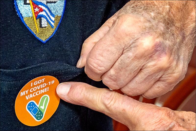 佛州84歲老翁2月8日在邁阿密接種疫苗後,秀出「我打了新冠病毒疫苗」貼紙。(歐新社檔案照)