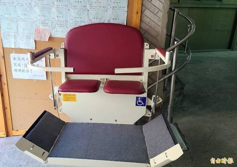 南投縣竹山鎮公所在公有市場打造二段式無障礙升降椅設施。(記者謝介裕攝)