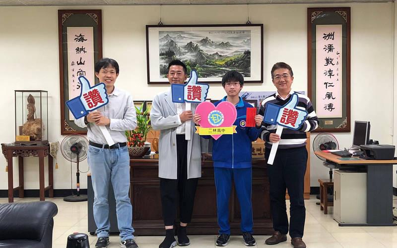 二林高中「自家農場」培養出的學霸,謝秉宏(右2)獲74級分。(圖︰校方提供)