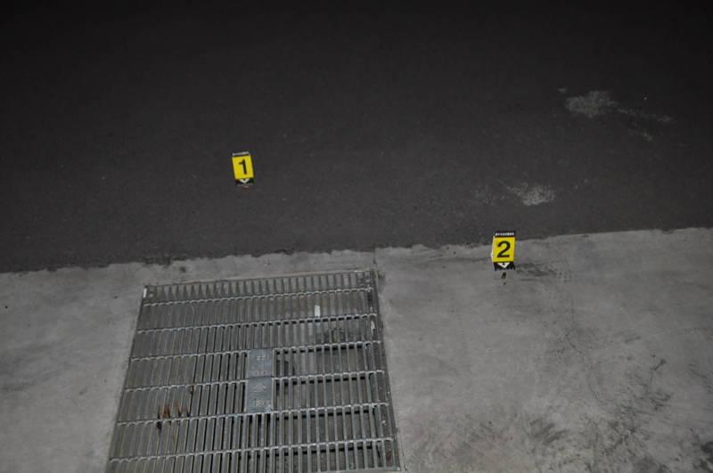 台中市南區西川一路23日凌晨發生槍擊案,現場遺留2枚彈殼。(記者何宗翰翻攝)