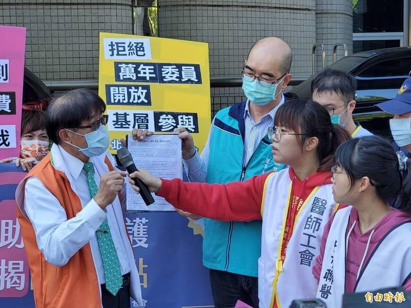 衛福部健保署長李伯璋接下醫療工會成員的陳情書。(記者林惠琴攝)