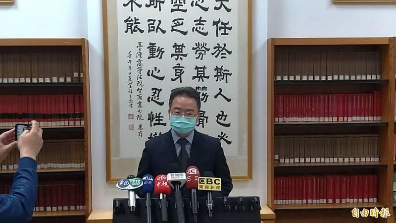 台南高分院刑庭庭長陳連發說明二審合議庭對殺害鐵警案兇嫌鄭姓男子的改判理由。(記者王俊忠攝)