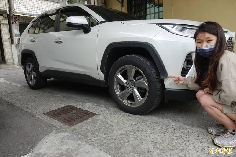 彰化縣鹿港鎮施姓女子把新車停在自家旁空地,竟遭流浪狗啃咬,輪拱被咬爛,保險桿有咬痕,最慘的是引擎線也被咬斷。(記者劉曉欣攝)