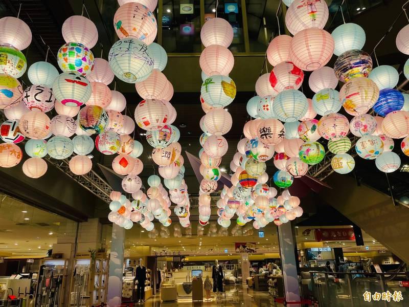 新竹SOGO打造超美花燈區。(記者蔡彰盛攝)