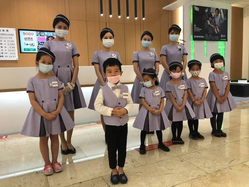 新竹SOGO「小小客服體驗營」一開放報名就秒殺。(記者蔡彰盛翻攝)