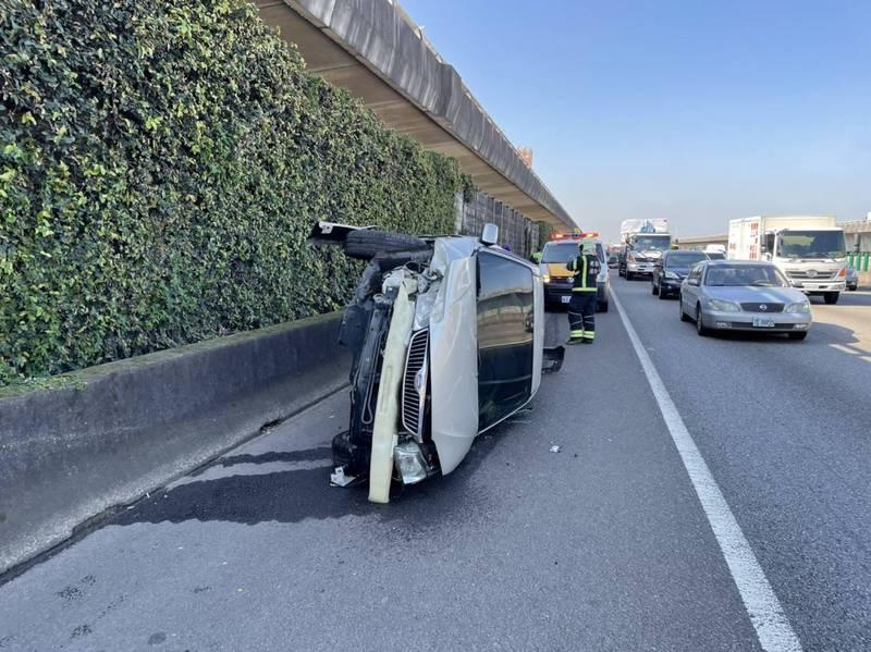 貨櫃車國道變換車道碰撞轎車 轎車滑向路肩「併軌」
