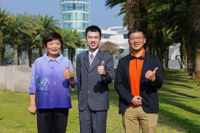 75滿級分的林均翰(中),和校長林秋惠(左)和班導師連傑(右)開心合照。(普台高中提供)
