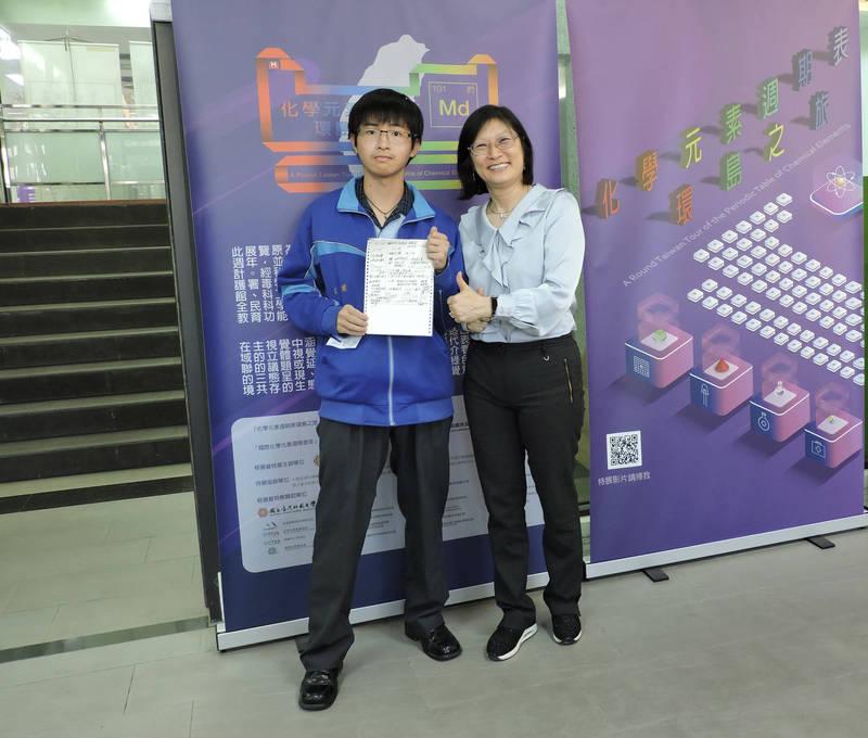 謝秉宏(左)學測考出好成績,想讀歷史系。(二林高中提供)
